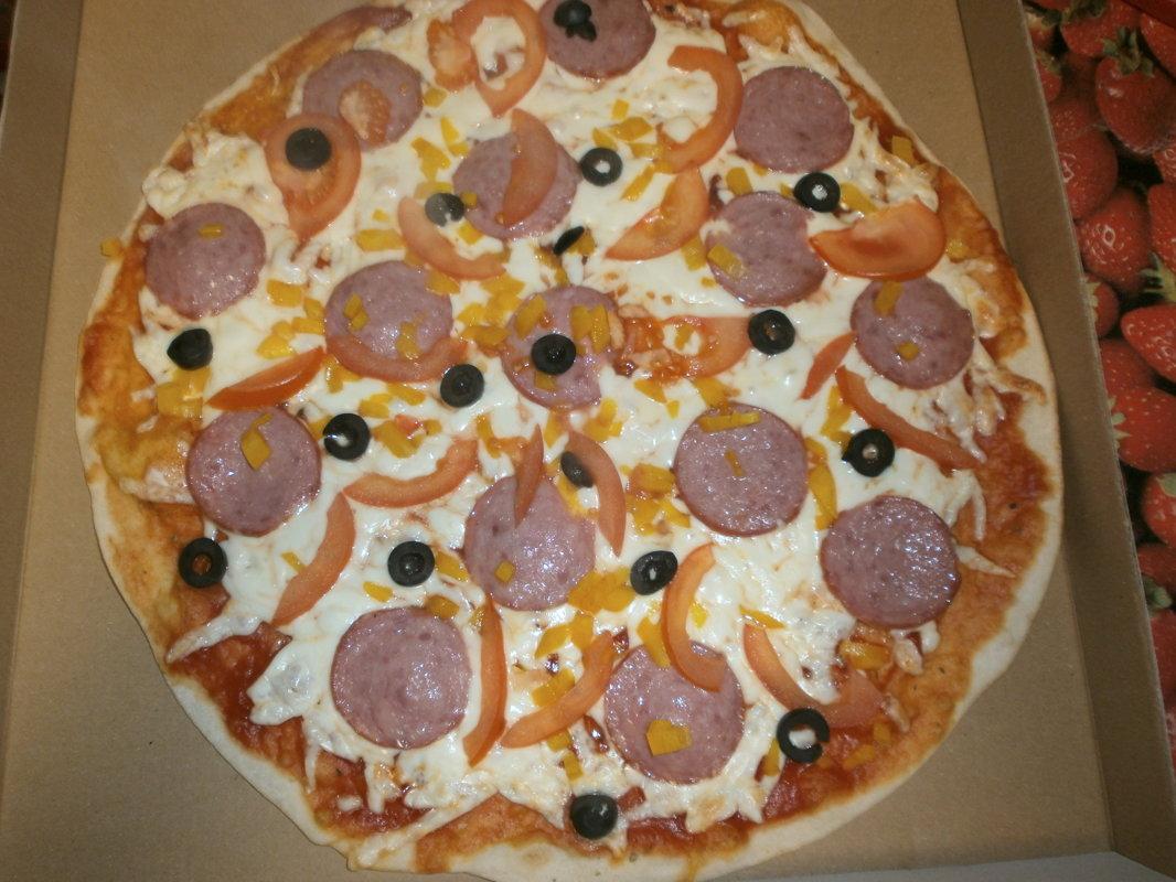 Salami - tomātu mērce, siers, salami, tomāti, paprika, olīvas